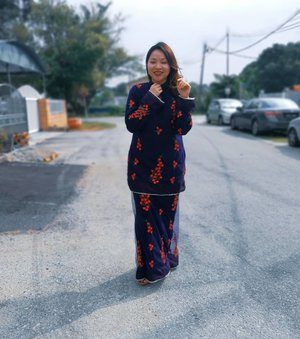 Pretty woman walking down the streets..👣 Finally found a gorgeous Raya baju kurung that fits my size 💞  Known as sakura fall, this Raya ready to wear baju kurung is designed by @serinaredzuawan for @adryssaatelier 🍂  Available in size of S to 4XL. There's only 14 pieces available for grabs yo 👍  There's 3 other ready to wear collection available. Head to my blog Www.rollwithcarol.com to see it for yourself 😉  #AdryssaxSerina #serinartw #dolceadryssa #adryssaatelier #serinaredzuawan #plussizemalaysia #rayaplussize #manikraya #lebaran2019 #rollwithcarol #clozette #fashion