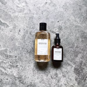 After you are done tricking this Halloween night, don't forget to give your skin some TLC treating! Here are two newly released products from Aqulabo and I am here today to tell you more about them! ------------------------------------------ Kombucha First Breath-Like Toner - antioxidant-rich toner with 88.3% Black Tea Ferment (Kombucha). Mildly exfoliative, this refreshing toner can aid in skin renewal and strengthen skin barrier. This golden elixir is also filled with Betaine, Trehalose, Urea, Gree Tea, Galactomyces, Lactobacillus, and more that will all contribute towards a healthier complexion. ------------------------------------------ Vinyasa Calming Serum - calming and purifying serum with 61% fermented Lotus Water. Naturally occurring Vitamin C and Kamperol in the Lotus Flower will help purify the skin, improve skin quality, and brighten overall complexion. This gel serum also contains Alga Polysaccharide, Japanese Pepper, Korean Pasque Flower, Lichen, Sodium Hyaluronate, Palmitoyl Tripeptide-5, Chammomile, Beta-Glucan and more to reduce skin stresses and damages in urban living. ------------------------------------------ One very common trait of these products is the  urban living protection. Meaning that these products will help in defending skin against fine dust, uv damages, and other environmental aggressors. . While I haven't actually used the toner nor the serum, I do like that both products are unscented and feels nice when applied on my hand. The toner surprised me especially. It may look viscous in the bottle, but it is actually really watery when applied on. Will start swiping tonight! — Note: @aqulabo is officially distributed by @pinkknightskincare here in Singapore. Do check them out! —— #Aqulabo #AqulaboSG #KombuchaFirstBreathLikeToner #VinyasaCalmingSerum #ExfoliatingToner #FaceSerum #KbeautySG #Clozette #Skincare #PRgifted #ProductTextureTest