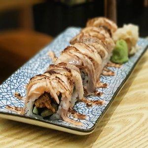 Aburi Ebi Salmon Roll at En Sushi.  #clozette #cooljp  #foodspotting #iweeklyfood #fooddaddict #foodgasm #foodpic #sginsta #sgeats #foodshare #nomnom #igersgs #foodporn #yummy #foodsg #burpple #sgfood #sgfoodbloggers #japanesefood  #sushi