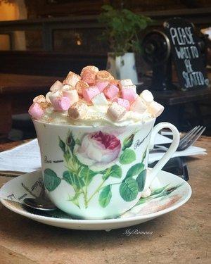 Probably the prettiest #latte I've ever had in my life ☕️ @sugarjunctionnq • • #MyRomana #clozette #cafelatte #MyRomanaEats #MyRomanaTravels #coffeeshop  #northernquartermanchester #marshmellows #lattetime