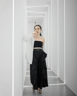 Wearing monochrome in the white line background⚫️⚪️📸: @ileevan ..........#fashionblogger #blogger #bloggerindo #fashionenthusiast #fashionstyle #stylebloggerindo #bloggerbabe #bloggerlife #styleblogger #style #fashion #ootd #potd #medanbeautygram #streetinspiration #stylegram #streetstyle #streetfashion #fashionstylist #ootdindo #clozette #lykeofficial #lookbookindonesia #ootdfashion #ootdwomen #fashionwomen #ootdinspiration #ootdgram