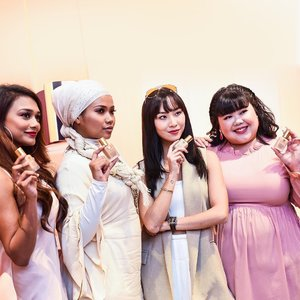 We got closer to @esteelauder_sg muses @esh_wari, @nadiahmdin, @soniachew and @xixilimofficial, and they tell us how they seize their 24 hours with a flawless game face on with their Estée Lauder Double Wear Stay-in-Place Makeup: http://bit.ly/EsteeLauderMuses (link in bio). #Clozette #EsteeLauderSG #DoubleWear #WearConfidence