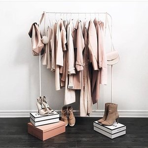 Now is the best time to do a closet purge. Tap the link in our bio for our guide on pieces to toss and which items to keep. // 📷 #Clozette Ambassador @coffeeandsparklebymimi