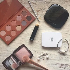 Happy Saturday dears! Do you ever get asked on why you 'need' so 'much' make up? 😄😁👻 #zoevarosegoldpalette #hourglasscosmetics #motd #moodlight #zoevacosmetics #sephora #chanel #chanelbeauty #marcjacobs #marcjacobsbeauty #stilllifephotography #flatlayoftheday #makeup #makeupaddict #beautyaddict #beautyblogger #clozette #realtechniques #instamarclight #contouringandhighlighting #rosegold #diorbeauty
