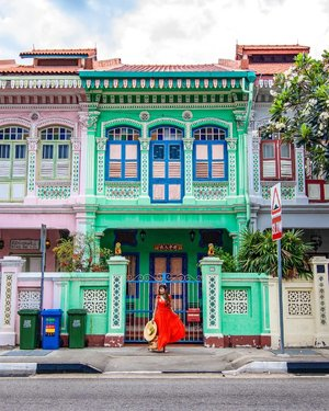 Discover Singapore 🇸🇬 l  Koon Seng Road⁣ ⁣ Keep Calm and Go Green. Blue bins are for Recyclable items only. ⁣ ⁣ Koon Seng Road's colorful Peranakan houses is not only an instagram worthy place but around this area, you will find many authentic local food that will leave your taste buds satisfied. Here are just some of them for you to try if you are planning to come. ⁣ ⁣ - Guan Hoe Soon Restaurant at 40 Joo Chiat Place serves authentic delicious Perankan food that even Captain Marvel actress Brie Larson sung praises about her dining experience. ⁣ ⁣ - 328 Katong Laksa at 51 East Coast Road is where Gordon Ramsay lost his game during the Hawker Hero's Challenge. But we still love Mr Gordon and our Laksa. ⁣ ⁣ - Kim's Fried Hokkien Prawn Mee Stall at 37 Joo Chiat place. Some say it is so good that it can beat the one at Geylang 29.⁣ ⁣ - Mr and Mrs Mohgan's Super Crispy Prata at 300 Joo Chiat Road⁣ ⁣ - Thunder Tea Rice at 328 Joo Chiat Road. I love this super healthy delicious dish even though I am not a Hakka. ⁣ ⁣ - Birds of Paradise Gelato Boutique at 65 East Coast Road serves botanically-inspired ice cream such as Strawberry Basil, Pandan and Pistachio. ⁣ ⁣ For more of Singapore most instagram worthy places check out the link to my Singapore blog post in my IG profile bio. ⁣ ⁣ Those planning to visit Taj Mahal can check out my new blog posts on Taj Mahal and where to stay during your visit. ⁣ ⁣ For my Singapore content and most instagrammable places hashtag ➡️🇸🇬#FollowChertoSingapore⁣ ⁣ 📸Singapore Photographer @wilsonisalmostsexy⁣ .⁣ ⁣