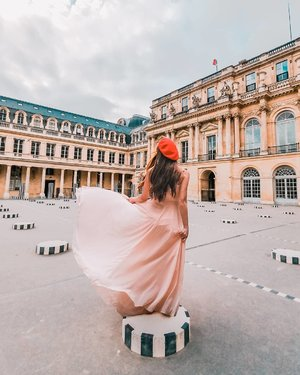 If you are at Lourve and have a some time to spare, do walk (4 min) over to check out this instagrammable spot at the Palais Royal, it has a beautiful garden too.  Have a good week ahead! . . . . . #travelgirlsgo #travelinladies #travelbloggers #sheisnotlost #backpackerstory #speechlessplaces #sidewalkerdaily #damestravel #buscablogs #travelcommunity #iamtb #thewanderingtourist #thetravelwomen #travelrepost #iammissadventure #dametraveler #darlingescapes #gltlove #girlsdreamtravel #girlaroundworld #traveldreamseekers #ladiesgoneglobal #traveltagged #iamatraveller #prettylittleiiispo #parisfrance #clozette #capssion  #citizenfemme