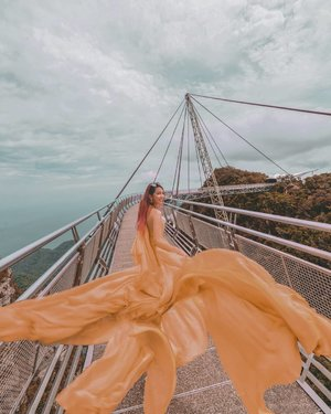 I'm a flying fish at the #Langkawiskybridge 🐠 . At 125m in length, this structure ranks among the world's longest curve suspension bridge! . 👗: @luxewardrobe__ 📸: @zippyzipeng Check out my stories for the before and after edits! (I also changed the colors to match my feed, don't kill me Zippy!) ✈️: @airasia . #AirAsiaHolidayQuickies  #VacaywithAirAsia #EstherWandersxMalaysia #Langkawi #Malaysia