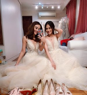 Real queens fix each other's crowns 💘 @queenofheartssg . . . #bffgoals #clozette #wedluxe #theweddingscoop #bestfriendgoals #sistersquad #girlslikeus #ootd #valentinesday