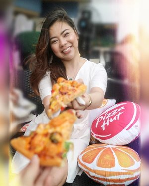 Pizza anyone? Craving for the OCP (Orange Chicken Pops) Pizza from @pizzahutphils 🤤 🍕  #OrangeUObsessed 📷 @charleneajose  #clozette #food #phyphyeats #orangechicken #zomato #zomatoph #spotmyfood #pepperph #forkspoonmanila #foodgrammer #bookymanila #thefoodiestation #eatsph #vscofood #yummy #yummyph #pizza #pizzahutph #pizzahut