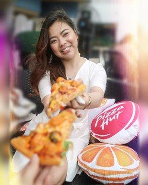 Pizza anyone? Craving for the OCP (Orange Chicken Pops) Pizza from @pizzahutphils 🤤 🍕  #OrangeUObsessed 📷 @charleneajose  #clozette #food #phyphyeats #orangechicken #zomato #zomatoph #spotmyfood #pepperph #forkspoonmanila #foodgrammer #bookymanila #thefoodiestation #eatsph #vscofood #yummy #yummyph #pizza #pizzahutph #pizzahut