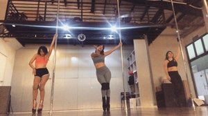 You're so hypnotizing 🌀 // Last-minute private class for exotic pole, because unplanned things have better chances of pushing through. LOL. Choreo by T. @noreenclaire — looking forward to learning the foundations next! 👠 🎶 E.T. by Katy Perry ** no copyright infringement intended ** #clozette #clozetteco #stylesurgeryblog #bloggersph #fitness #polefitness #workout #activewear #fitgirls #filipina #dancer #danceclass #dancestudio #beasthouseph #philippines #sexy #pole