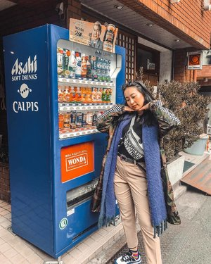 Cos posing w a vending machine isn't touristy at all. 😉😛 Loving how my @kipling_sg Mickey Mouse Fannypack matches the checks on my parka 😍 . . . . #ootd #clozette #coordinatesoffrisbee #lookbook #lookbooksg #igers #igsg #sgblogger #fashionblogger #igjp