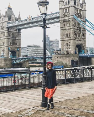 been to london few times for plane transfers but i finally made it OUT of Heathrow Airport this time!! (come on, give me a round of applause! 😂) ::: 1 of the best thing about winter is that you get to layer up your outfits! here standing in front of the pretty Tower Bridge in @tracyeinny's Lorelei Colourblock SLEEVELESS Dress in Orange and an added layer of black long sleeves blouse inside! ::: #london #uk #unitedkingdom #english #winter #winterwonderland #cold #ootd #clozette #tracyeinny