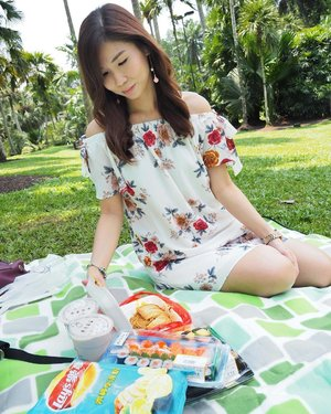 No kidding with SG's weather. I'm sunburnt on the shoulders and legs after picnic on a scorching hot 🔥 Saturday 🔥 😔 . #saturday #botanicgardens #picnic #scorchinghot #sunburnt #positivevibes #weekendfun #clozette