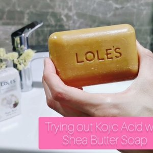 The combination of all natural 🧼 + Kojic Acid + Organic African Shea Butter immediately got my attention. In the spirit of experimentation👩🔬, I pampered only my left hand with Lole's All Natural Kojic Acid and Shea Butter soap to compare with my right water-rinsed hand. When lathered, the foam 💭 created is pretty fine and moisturising to touch. After rinsing off the soap foam, I saw slightly brighter✨and significantly more moisturised and suppled skin💦 on my happy left hand, as compared to my envious right. Hopefully this will help lighten the dance battled scars (and from random clumsiness) on my body with consistent usage! 😊  @partipost @RIWHOMESPA @lolessoapsg #partipost #SP #Kojicacid #Allnatural #Sheabutter #soapbar #lolessoapsg#riwhomespa #clozette #beautygram #sgbeauty