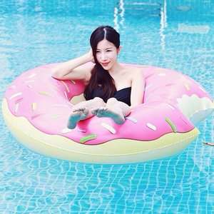 Starting my vacay right by just chilling in the pool with a donut float c/o @floatrentalsg. Must get chocolate bar the next time! See their ig for more cute designs. #clozette