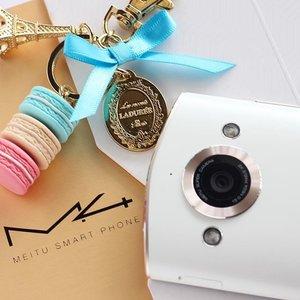 买到了~爽啊! 我还会去香港代购美图手机M4。只限10组,附加香港加保。 #YeenBeaute #Meitu #美图手机 #Feature #Laduree #Lifestyle #Tech #Instagram #Clozette #MeituM4 #美图手机M4