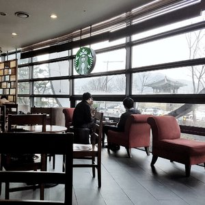 Loving this Starbucks, overseeing my bae's house - Gyeongbokgung 💖  #경복궁 #StarbucksKorea #스타벅스