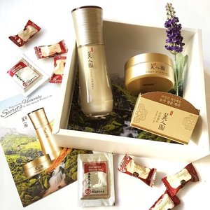 Indulge your skin in the opulence of the Myeonghan Miindo Heaven Grade Ginseng range from @thefaceshopsg! 👼/ Never too early to start an anti-aging regime, especially for us ladies in the 20s! Infused with 24K gold and made with six-year-old ginseng of the highest grade, the essence ($63.90) seeks to rejuvenate dull and wrinkled appearances while the Hydrogel Eye Patch ($42.90) helps in caring for the wrinkle-prone eye area, just what I need for a frequent eyeshadow wearer like me!  Thank you to TheFaceShopSG team for sending your love my way! Review to be up really soon after I get to try the product more with myself and my mum! 😊✌️ #clozette #skincare #getklarity