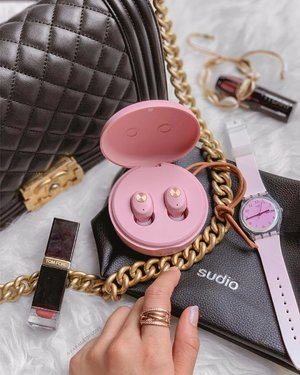 Been reaching out for pink lately which is very unlike me but I'm starting to like this feminine side of me. 💕🙆🏻‍♀️ Two of my latest #pink obsessions - @sudio Niva (wireless Bluetooth earphones) and my @swatch watch from the #Spring2019 collection! 🌷 . Quote  for 15% off your #Sudio Niva. Enjoy a Sudio Travel Case with every earphones/headphones purchased from now to 30 Apr. . #sudiomoments #swatch #swatchthis #swatchsg #sudio #clozette