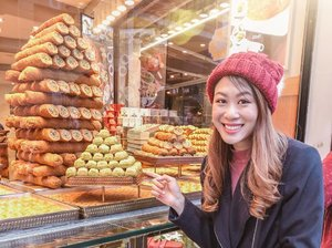 Late night cravings are the worst omg. 😔 The only #Turkish food I can't get enough of - Künefe! The ones at #MADO have got an amazing selection and variety! Send me some sweets now 😍 . #ParadeofAdventures #clozette #turkishsweets #kunefe #künefe #visitturkey #istanbul #turkeyistanbul