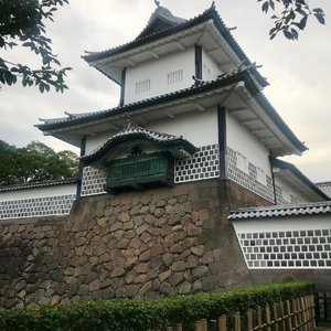 Kanazawa Castle. Little remain of the original castle but swipe to see the 17th century wall made up of different shape stones shaped and fitted together so neatly that there is not even enough room for one finger in the gaps between. #kanazawacastle #clozette #cooljapan
