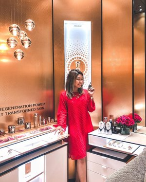 Did you know that @lancomeofficial brand new flagship concept boutique has 2 Absolue Consultation Rooms and 1 Institue Cabin for facials? Here you can try out their skincare range (as well as their best selling Advanced Genifique collection); This serum is enriched with millions of probiotic fractions, including Yeast-& Bifidus-Extracts, it helps to strengthen your skin's barrier and improve your skin's texture, radiance, elasticity and firmness. . Whether it'd be a quick 2 minute session or a good half hour. This can go either by walk in or by appointment; plus it gives great privacy for those who are looking to have a more hands on experience with the products 👍🏼 . I have also included the price point for the 6 facials provided in #LancomeMY Institute Cabin (this goes by appointment); plus there is a 20% off for newcomers too! In addition, if you get the 3 service facial package, there is also a complimentary one included as well (3+1). So swipe right for a closer look 👉🏼✨❤ . #LancomeMY  #NewLancomeMVBoutique #makeup #beauty #skincare #underratedmuas #undiscovered_muas #makeupartistsworldwide #instabeeyou #instabeauty #wakeupandmakeup #makeupobsessed #makeupartist #makeuplooks #makeuplife #fiercesociety #favfulfeatures #makeup2019 #clozette