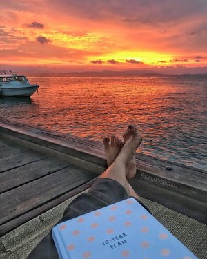 One of the most beautiful sunsets I've seen 🌝 •• The lil escape to Phuket went swimmingly with Muay Thai, stretch classes and lounging by the beach to fill my days. Regained new energy and perspective for my days to come 💪🏻 •• Have a lovely week ahead guys! ps. Ain't the greatest feet out there but y'know 🙈 •• #clozette #santhiyaresort #santhiyakohyaoyai #phuketthailand #kikkik #10yearplan
