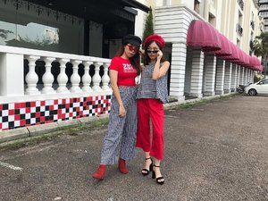 Our red + checkered #sharinnstyles #bffootd ❤️🖤 Featuring @christyngshoes x @hermomy Hermazing Bag, me in @snowmansharing's beret and her in my cap 👯‍♀️ • • • #carinnxootd #checkeredoutfit #throwback #hermazing #hermoxcarinn #christyngxhermo #hermomy #christyngshoes #christyngbag #blogger #clozette