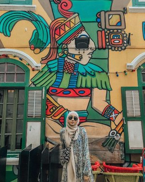 Looking back at my Haji Lane photos, I wonder about the wonderful myriad of photos that exist of Instagrammers posing near the, umm, crotches of the beautiful vibrant murals. All for a good 'gram, peeps.