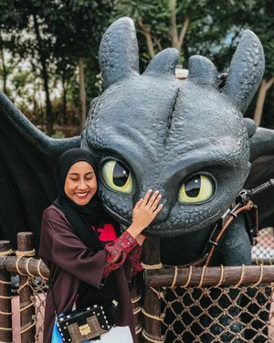 "Fully intended to caption this photo ""The one fictional universe with dragons that did not let its fans down"" but I have decided not to, and will instead just tell you guys I am uhbsessed with Toothless from the HTTYD movies, which was why I was so excited to take a photo with him in Dubai, but I also have almost zero affection for the original books' Toothless. On that note, happy almost-weekend guys! 🌟 #tbt"