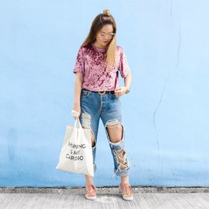 Keeping things casual with this Kristin Crushed Velvet Tee c/o @pomelofashion! Velvet is probably the last thing anyone would wear in Singapore considering how crazy hot the weather has been, but this tee has been surprisingly comfortable and actually bearable to wear in this heat! ☀️ I paired it with the most ripped up @levis jeans I thrifted from @wego_official Japan, that really ought to be considered as just shorts because it's so airy 🌝🌬 P.S. Finally getting back to the swing of things after three weeks of not posting on social media 😱😳 Where did all that time go! 🤷🏻♀️ #trypomelo #clozette #hlrysadverts #glampalmsg #ootdmagazine #ABMstyle #acolorstory #flashesofdelight #thatsdarling #colorventures #pursuepretty #lookbook #asseenonme #classyandfashionable #aboutalook #streetstyleluxe #ootdwatch #stylemacarons #momentsofchic #howihue #walltraveled #kimagegroup #colourcolourlovers #colorsplashes #ootd #zalorasg #somethingborrowed #mondaysundays