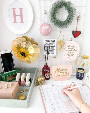 Making a list, checking it twice 📝 Decked my work space out with Christmas gift ideas I got from @innisfreesingapore at @payalebarquarter! 🎁 I've also included directions to the store from the train station in my IG Stories!  Make your space smell inviting with the Soft Trumpet Perfumed Diffuser and cosy up as you watch the Bright Music Notes Scented Candle mobile spin ✨ In support of the Children's Cancer Foundation, Innisfree will be pledging $2 for every DIY Paper Speaker Kit purchased (it's originally priced at $20, but you can get it for just $2 if you purchase anything from the Green Holidays Limited Edition Collection)! 🎄  Other than Innisfree, I love it that there are other shops in PLQ that I could get my Christmas shopping done as well!  #InnisfreeSingapore #PayaLebarQuarter #PLQ #sp #GreenHolidays #HolidayEdition #Christmas #hlrysflatlay #krezxhlryshome ⠀⠀⠀⠀⠀⠀⠀⠀⠀⠀⠀⠀ ⠀⠀⠀⠀⠀⠀⠀⠀⠀⠀⠀⠀ ⠀⠀⠀⠀⠀⠀⠀⠀⠀⠀⠀⠀ ⠀⠀⠀⠀⠀⠀⠀⠀⠀⠀⠀⠀ ⠀⠀⠀⠀⠀⠀⠀⠀⠀⠀⠀⠀ ⠀⠀⠀⠀⠀⠀⠀⠀⠀⠀⠀⠀ ⠀⠀⠀⠀⠀⠀⠀⠀⠀⠀⠀⠀ ⠀⠀⠀⠀⠀⠀⠀⠀⠀⠀⠀⠀ ⠀⠀⠀⠀⠀⠀⠀ #weekendslikethese #morningslikethese #thespacesilike #justbehue #clozette #howihue #colourcolourlovers #prettylittleiiinspo #kmartaus #kmarthome #ikeasingapore #flatlay #flatlays #flatlaynation #flatlaystyle #flatlaytoday #flatlayinspiration #flatlayforever #tablesituation #tpbmoments #thepaperbunny