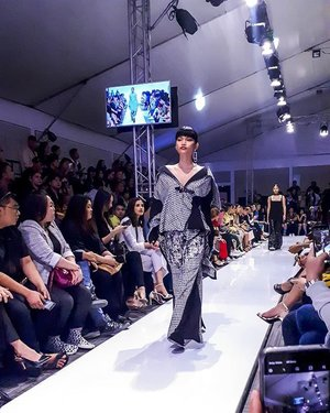 been covering @manilafashionfestival for 3 years now and i must say that this year's lineup would probably be my favourite. the pieces are edgier, the structured silhouettes are reimagined with bold prints and colours, and there's definitely a battle between sleek neutrals and brazen designs going on. will not be attending the closing show tonight but i definitely enjoyed the visual feast for the last three days. #Clozette #PMFFX #MNLFashionFest #PanasonicMFF