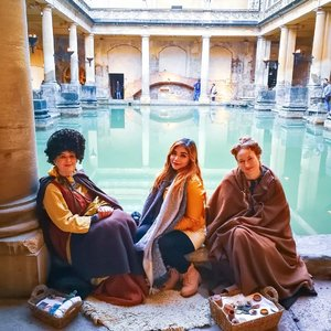 They took the Throwback Thursday a little too seriously ☀️ #Winter2018 #NewYear2019 #London2018 #BathUK #RomanBaths #UnitedKingdom #ootd #makeupph #makeup #everydaymakeuplook #vlogger #pinayvlogger #pinayyoutuber #livestreamer  #traveling #clozette #clozetteph