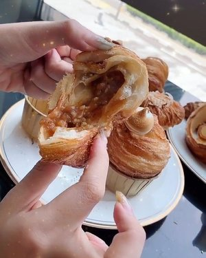 Pastries from @thealley.sg 😋🥐 Apart from all the drinks that everyone's posting about, Alley Luxe at Cineleisure also offers pastries! In my opinion, I like their pastries more than the drinks. Reccomend y'all to try the sausage and cheese croissant and salted caramel cruffin (abit on the sweeter side)~ Congrats on the opening! 🖤💯 #Alleysg #TheAlleySg #TheAlleyLuxesg