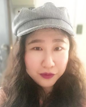 I've always wanted a newsboy cap since I was in my teens after seeing it on Britney back then (yes, I was a fan!), and now that it's trending again, I finally decided to get one even though I'm no longer with Team Britney! 😆 My mum, on the other hand, thinks I'm trying to be Oliver Twist 🤦🏻♀️ . . . . . . . . .  #details #portrait  #styleguide #bagaddictsanon #styleinfluencer #acolorstory #aboutalook #outfitinspo #fashionbloggers #fashiondiaries  #fashiongram #fashionpost #ootdwatch #fashioninspo #ootdmagazine #outfitdaily #fashionlover  #wallmural #abmhappylife  #newsboyhat  #fashionmagazine #dscolor #flashesofdelight #thatsdarling  #effortlessstyle  #ootdfash #pursuepretty #bloglovinfashion