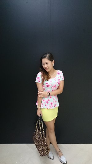 simply love outfits that has floral. this top I bought it from h&m. I don't really dress up myself that often, but I definitely will go shopping and get nice clothes as well. ;)