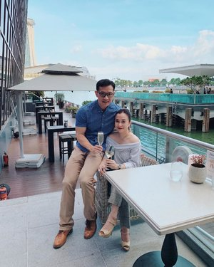 Post-Birthday celebrations for Daddy Loo this time just us 😍. Such beautiful skies even at almost 7pm. Thank you La Brasserie for helping us with this perfect photo 📷 . . . #clozette #datenight #twoofus #justus #fullertonbayhotel #fullertonbayhotelsingapore #couplegoals #loves #frenchcuisine #french #singaporesights #onefullerton #smile #chill #happymom