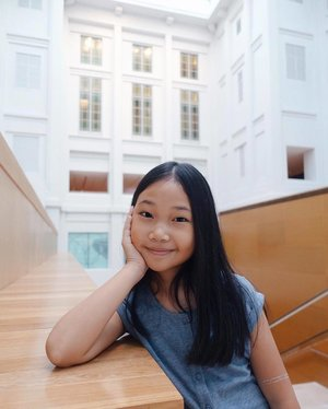 brought my gal to National Gallery for the first time over the weekend... glad she loved the experience. And I now see she has some of those glitter tattoo left over from #ClozetteStyleParty 😍 • . . // #clozette #familytime #mommydaughter #smile #happy #Sunday #nationalgallerysingapore  #gallery #singaporesights