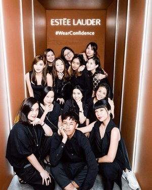 #teamclozette 🥳 Thank you Billy @instangraphy for helping us with these awesome team snaps 📷✨ . . . #clozette #esteelaudersg #doublewear #wearconfidence #team #teamwork #crew #crewlife #workhardplayhard #smile
