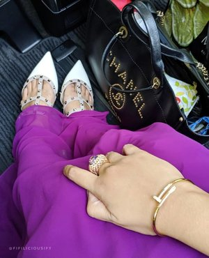 Accessories I wore for #Eid this year. Completely unplanned, kept it simple and rocked my #Raya surprise from hubs (ze #valentinorockstud flats). Plus, its occasions like these that I fall right back in love with my #chanel #Deauville carry all, indeed carried errrrthing and looks incredibly chic 💜 . . . #fashion #armcandy #pursebop #lotd #ootd #purseboppicks #luxe #instasg #sgfashion #whatiwore #outfit #armcandy #bagaholic #purseaddict #clozette #plussizefasion#plussize #eidootd #rayaootd #valentino #chaneldeauville #justeunclou
