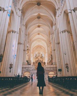 유럽이면 성당이죠. 스페인에서 가장 대표적인 대성당 중 하나, 거대한 고딕 양식으로 지배했던 건물, 오랜 시간에 걸쳐 세워진 성당이라 다른 양식도 섞인체 아주 인상 깊었다. ⠀ It's so amazing to revel in the cathedral's delicate detailing which holds so much history, dedication, passion and culture.⠀