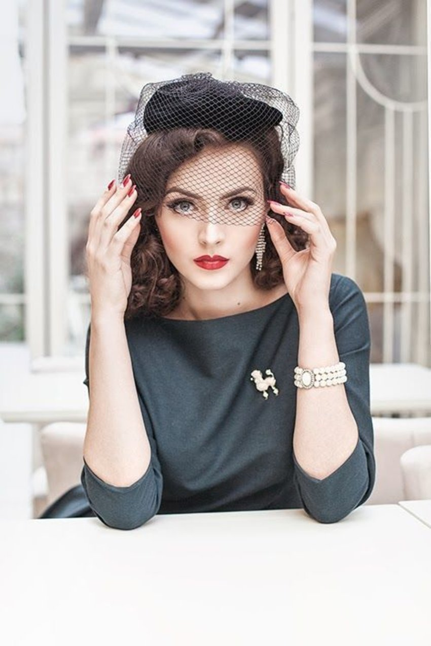 50s retro glam complete with pearls and a poodle brooch. Model: Idda van Munster