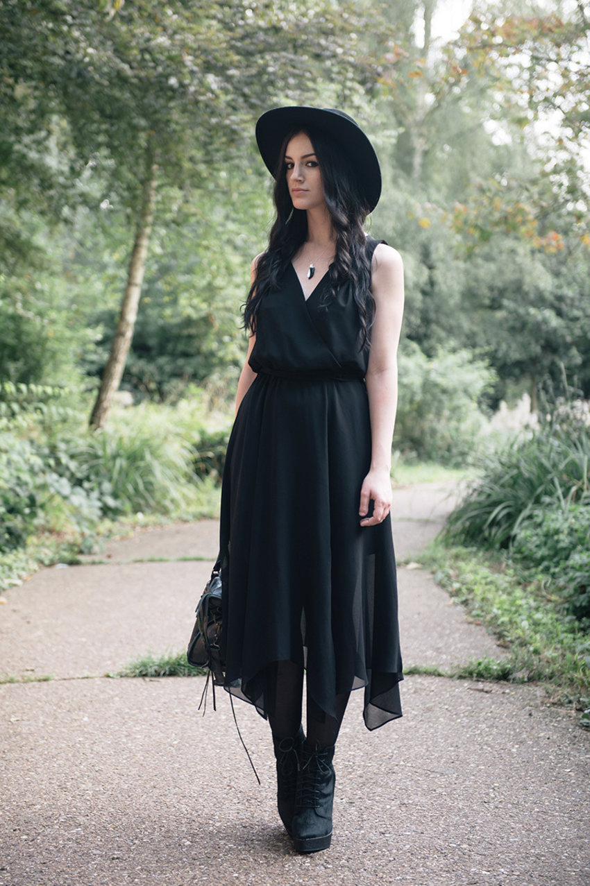 Fashion blogger Stephanie Brown of FAIIINT wearing a not-quite-maxi dress, boots, and floppy hat. Photography by Ollie Millington. I enjoy her dark, casual and fairly minimalist style of fashion. Check out her blog here:
