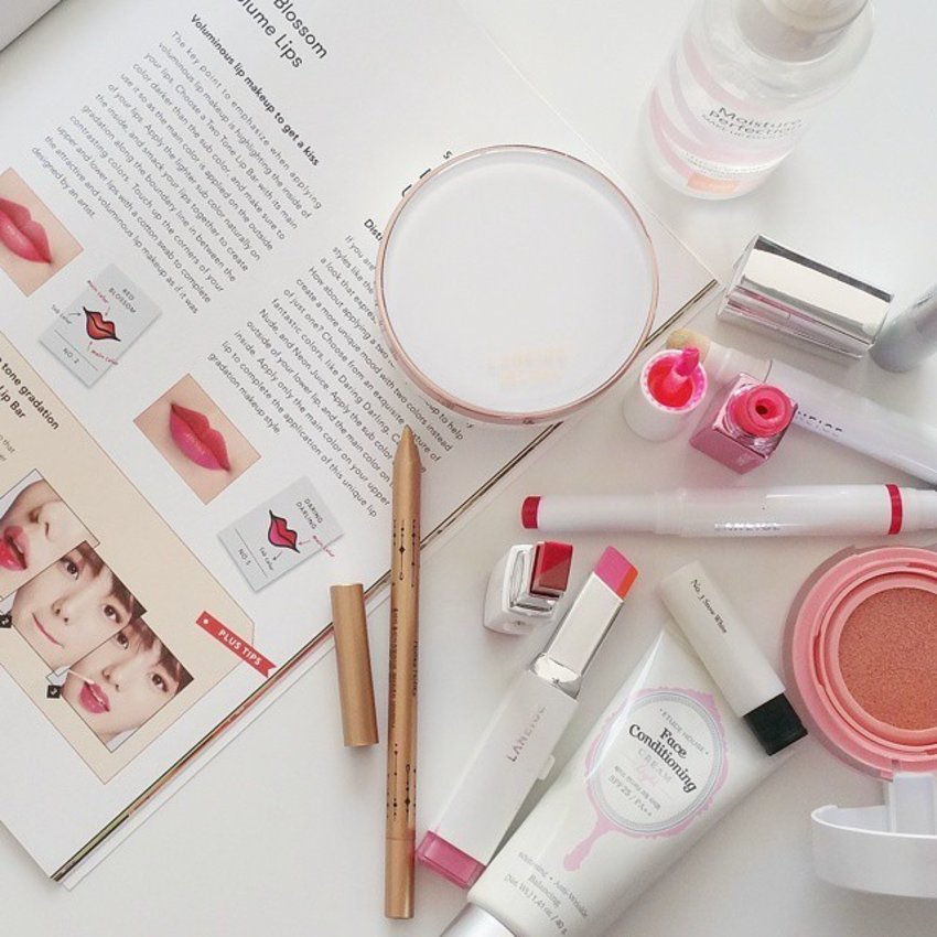 Rise & Shine ! Got some inspiration to create some K-beauty looks for @laneigesg  Magazine🌸 Using the products below :Base#etudehousesg face conditioning cream#Laneige BB whitening cushion & cushion concelaer Blusher #iope Cushion blushFixer#saem moisture makeup fixerEye#Laneigesg Artliner waterprood eyeliner in snow white #holikaholika waterproof PencilLips#laneigemakeoverLip tint and Duo tone lip in Neon Juice for the day and Red blossom in the evening !#clozette