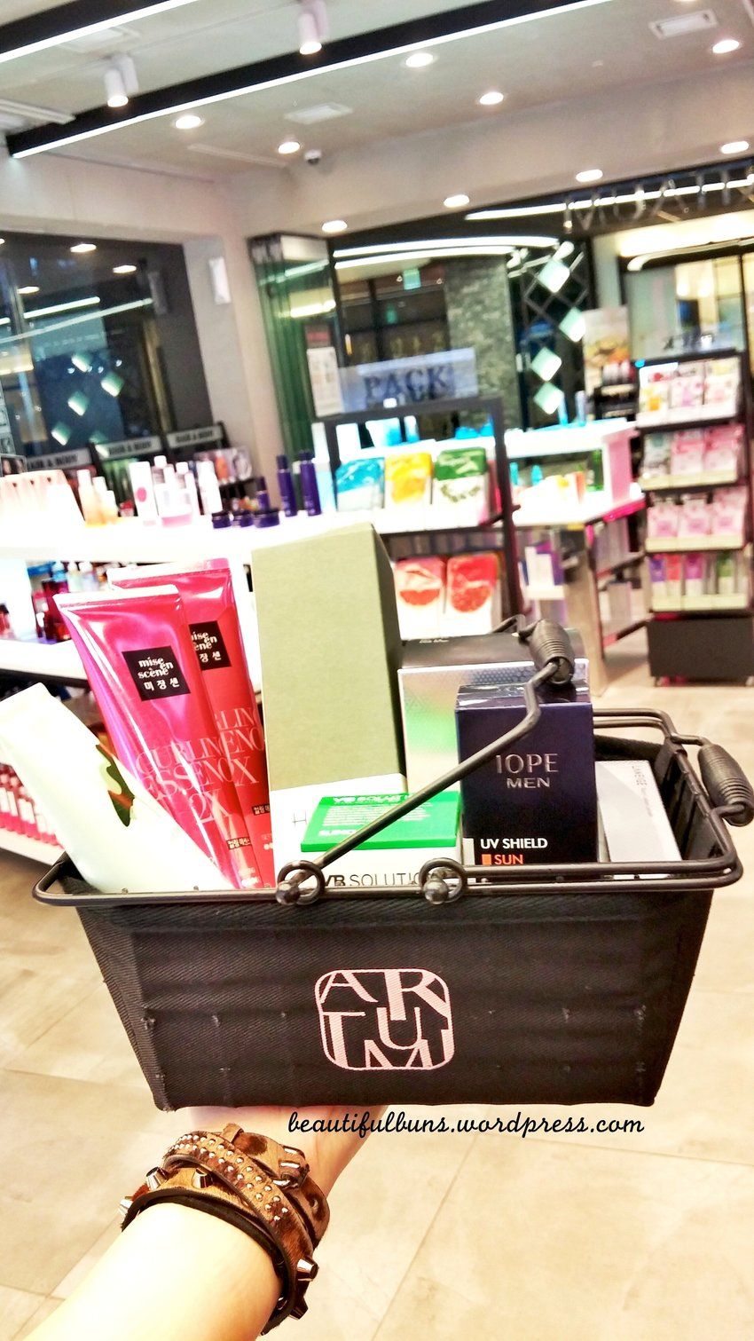 Throwback to my last Korea trip: On my usual shopping binge at Aritaum stocking up on stuff like Laneige, Hanyul, IOPE, Mise En Scene, Mamonde and more :D
