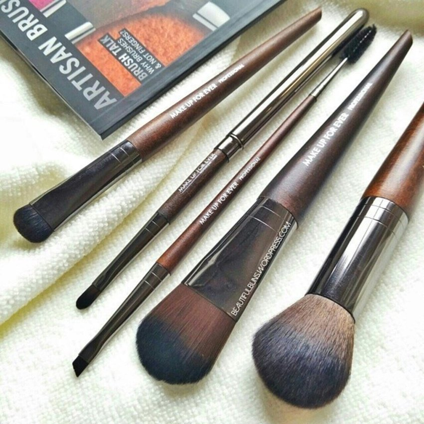 Ooh la la! New professional makeup brushes to add on to my not-so-professional current stash. These are part of Make Up For Ever's new range of 75 brushes and are made of synthetic fibres that are crazy smooth and soft ~ Very happy with my 5 brushes that are for blending, highlighting, applying foundation, eyeliner/eyebrow as well as for lip (yesssss now I can play more with my lipsticks )