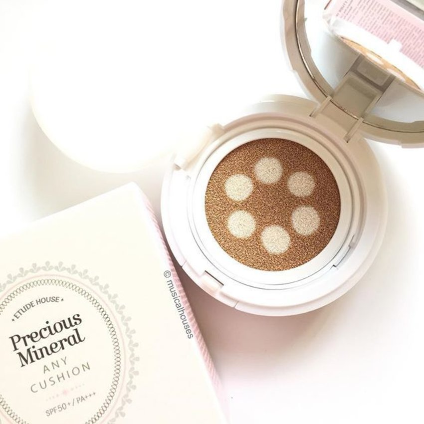 If you like #makeup with a glowy finish that's popular in #kbeauty nowadays, then you'll probably like the @etudehousesingapore #AnyCushion Pearl Aura, a #bbcushion with dots of shimmering #highlighter built in! SGD$32, review on this is coming soon! #Clozette #beauty